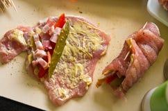 Il prosciutto della carne di maiale rotola con il cetriolo, paprica, casalinga fotografie stock libere da diritti