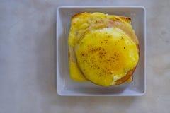 Il prosciutto ed il formaggio hanno farcito il pane inzuppato in latte/uova e zucchero e fritto in padella sulla tavola bianca Fotografia Stock Libera da Diritti
