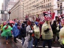 Il protestatore tiene i segni mentre marciano d Immagini Stock