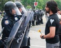 Il Protestor usa la polizia G8/G20 Toronto del rivestimento del fiore Fotografie Stock