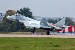 Il prototipo di Sukhoi T-50 PAK-FA è un nuovo aereo da caccia indicato mentre esegue il volo di demonstartion in Žukovskij durant fotografie stock libere da diritti
