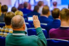 Il pubblico ascolta il conferenziere fotografia stock