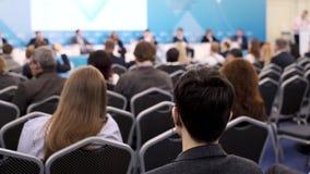 Il pubblico ascolta il conferenziere alla conferenza stock footage