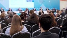 Il pubblico ascolta il conferenziere alla conferenza archivi video