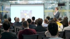 Il pubblico ascolta il conferenziere alla conferenza video d archivio