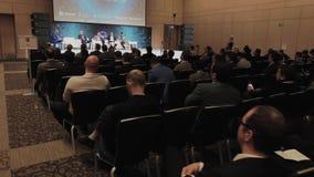 Il pubblico ascolta gli altoparlanti alla sala per conferenze archivi video