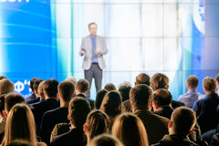 Il pubblico ascolta il conferenziere Fotografie Stock Libere da Diritti