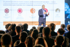 Il pubblico ascolta il conferenziere Immagine Stock