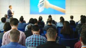 Il pubblico ascolta il conferenziere video d archivio