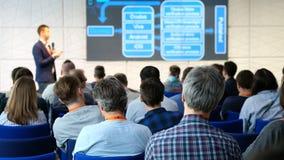 Il pubblico ascolta il conferenziere stock footage