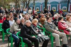 Il pubblico ascolta l'orchestra del regolatore Immagine Stock