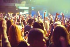 Il pubblico che guarda il concerto in scena fotografie stock