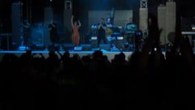 Il pubblico dell'esecutore del fondo del video di movimento lento che salta Raisies passa il concerto Hall Silhouettes Dancing Pe archivi video