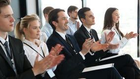 Il pubblico di affari applaude ad addestramento video d archivio