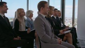 Il pubblico di affari applaude ad addestramento stock footage