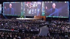 Il pubblico enorme ascolta Adam Grant - professore di Wharton e dell'autore stock footage