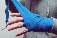Il pugno dell'atleta, pugile bendato fotografia stock libera da diritti