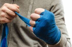 Il pugno dell'atleta, pugile bendato immagine stock