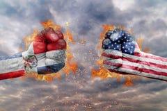 Il pugno due con la bandiera della Repubblica dominicana e di U.S.A. ha affrontato Fotografia Stock