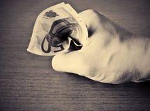 Il pugno stringe i soldi Fotografie Stock Libere da Diritti
