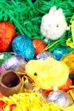 Il pulcino, il coniglietto e l'uovo di cioccolato Immagini Stock Libere da Diritti