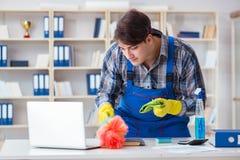 Il pulitore maschio che lavora nell'ufficio Fotografia Stock Libera da Diritti