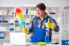 Il pulitore maschio che lavora nell'ufficio fotografia stock