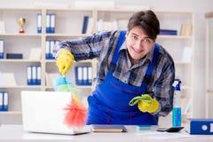 Il pulitore maschio che lavora nell'ufficio Immagini Stock
