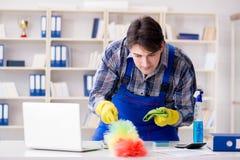Il pulitore maschio che lavora nell'ufficio Fotografie Stock Libere da Diritti