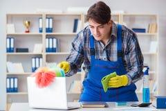 Il pulitore maschio che lavora nell'ufficio Fotografie Stock