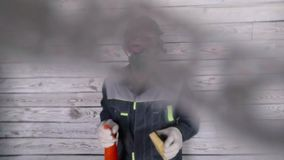 Il pulitore molle del fuoco nelle maschere ed il respiratore spruzzano alla macchina fotografica e la lava stock footage