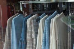 Il pullover delle donne ha messo sui ganci in uno sto di modo delle donne Fotografie Stock Libere da Diritti