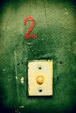 Il pulsante di chiamata dell'elevatore su una parete sporca Immagini Stock Libere da Diritti