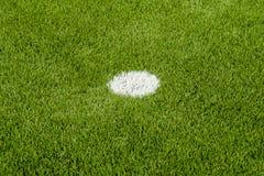 Il punto bianco di pena sul campo di calcio artificiale dell'erba verde Immagine Stock