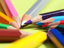 Il punto delle matite di colore ha sistemato nel cerchio fotografia stock libera da diritti