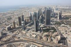 Il punto di vista areale dello sceicco Zayed Road in Doubai Immagini Stock Libere da Diritti