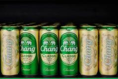 Il punto di vista di Chang Beer pu? sopra visualizzare in un supermercato aprile 07,2019 a Bangkok, immagini stock libere da diritti
