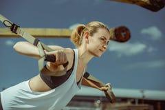 Il punto di vista del primo piano della donna che allegra fare spinge aumenta l'allenamento urbano per le armi Fotografie Stock Libere da Diritti