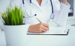 Il punto di vista del primo piano di medico femminile passa il modulo di iscrizione paziente di riempimento Sanità e concetto med fotografia stock libera da diritti