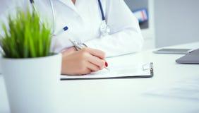 Il punto di vista del primo piano di medico femminile passa il modulo di iscrizione paziente di riempimento Sanità e concetto med immagine stock libera da diritti