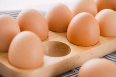 Il punto di vista del primo piano del pollo crudo eggs in scatola delle uova su fondo bianco Immagini Stock Libere da Diritti