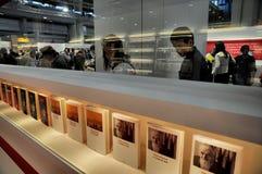 Il punto di vista della fiera del libro della folla in un supporto con i libri rema in priorità alta Immagine Stock
