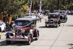 Il punto di vista della quercia, la California, U.S.A., il 24 maggio 2015, parata di Memorial Day caratterizza la linea di automo Immagine Stock Libera da Diritti