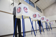 Il punto di vista della quercia, la California, U.S.A., il 4 novembre 2014, cittadino vota nel seggio elettorale della cabina di  immagine stock