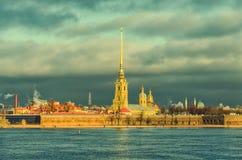 Il punto di vista di Peter e di Paul Fortress dal fiume di Neva Fotografia Stock