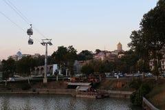 Il punto di vista di Rike Park con la linea tranviaria aerea della cattedrale di Sameba ed il fiume Mtkvari a Tbilisi, Georgia Fotografia Stock Libera da Diritti
