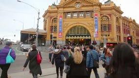 Il punto di vista ha sparato della gente che attraversa un attraversamento a Melbourne del centro, Australia video d archivio