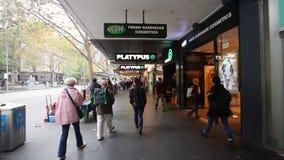 Il punto di vista ha sparato della gente che cammina lungo una via a Melbourne del centro, Australia stock footage
