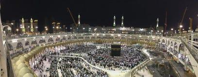 Il punto di vista panoramico dei pellegrini musulmani circumambulate il Kaabah con costruzione che è effettuata fotografia stock