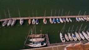 Il punto di vista panoramico dell'yacht club, barche bianche ha attraccato in porto marittimo, il trasporto dell'acqua video d archivio